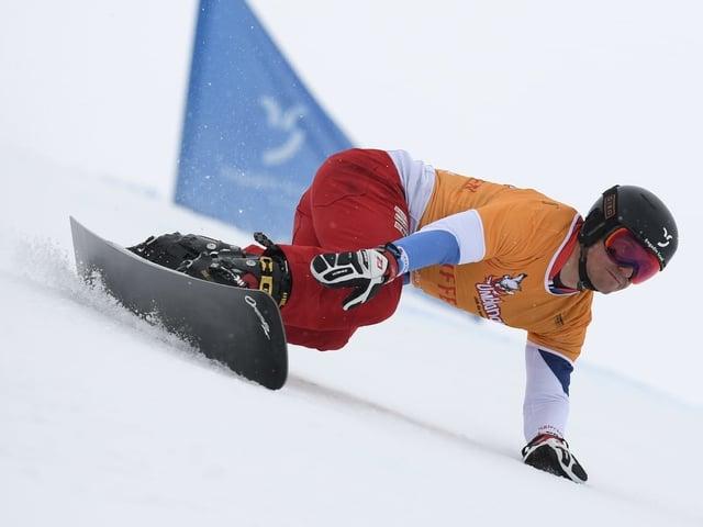 Nevin Galmarini greift in den Schnee.