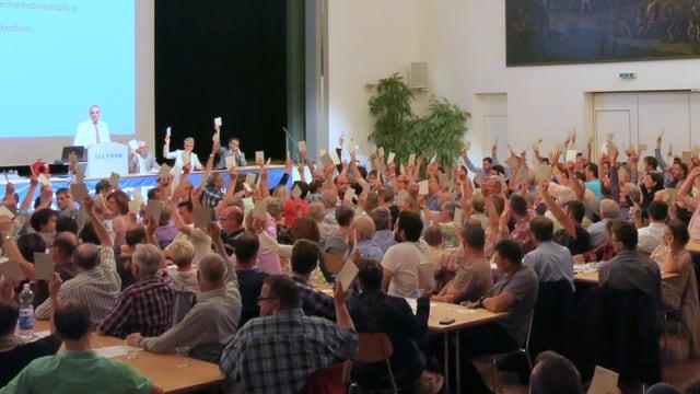 Gemeindeversammlung in einem gossen Saal.