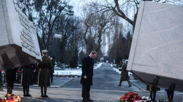 Donald Tusk verbeugt sich vor dem Denkmal zu Ehren der Smolensk-Opfer