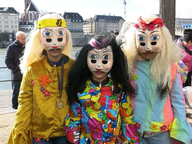 Drei Mädchen mit Larve