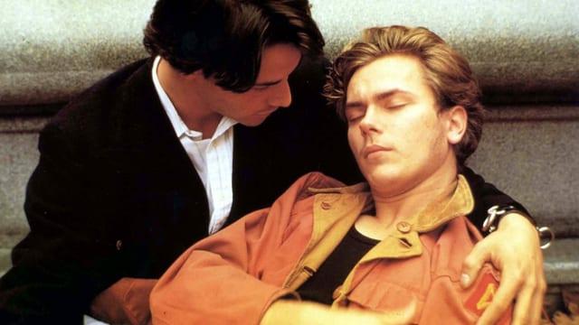 River Phoenix ruht für das Schwulendrama «My Private Idaho» in Keanu Reeves' Armen.