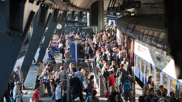 Pendler am Bahnhof Stadelhofen