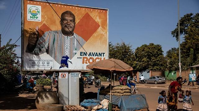 Der Staatspräsident von Burkina Faso, Roch Marc Kabore, auf einem Wahlkampfplakat im im November 2020 in der Hauptstadt Ouagadougou on November. Er steht dem Land seit Ende 2015 vor.