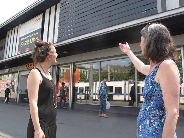 Zwei Frauen vor Gebäude