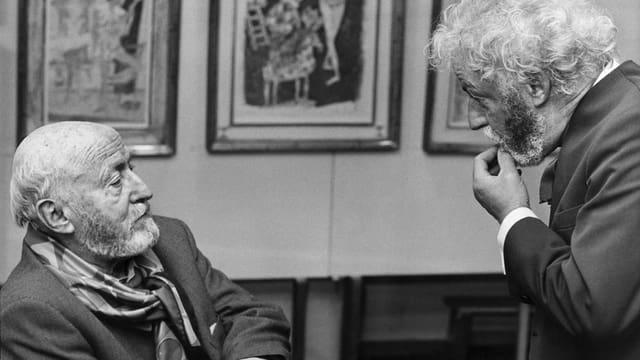 Il pictur artist Alois Carigiet en discurs cun ses frar l'actur Zarli Carigiet.