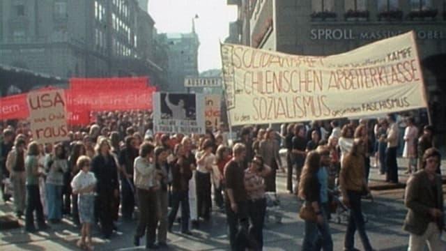 Demonstranten mit Transparenten.