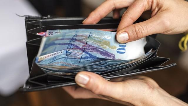Purtret d'ina bancnota da 100 francs en ina bursa.