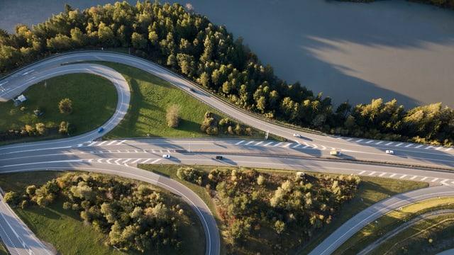 L'autostrada a La Punt/Rehenau cun las vias d'acces, fotografà ord l'aria.