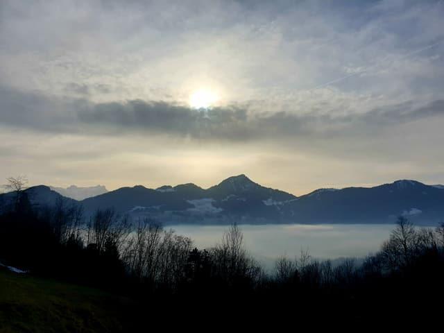 Nebelmeer und Schleierwolken am Himmel