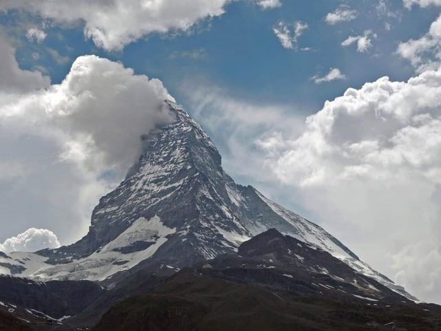Das Matterhorn mit Wolken und Sonne
