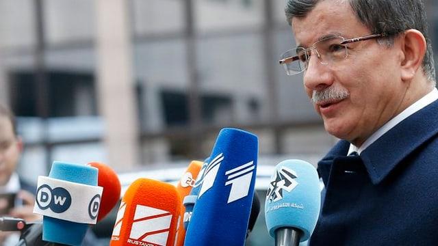 Il primminister Ahmet Davutoglu riva a l'inscunter suprem da l'UE a Brüssel.