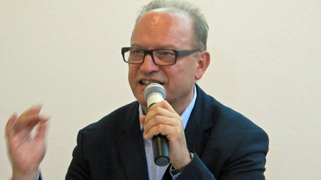 Kunstmuseumsdirektor Bernhard Mendes Bürgi redet mit einem Mikrophon in der Hand