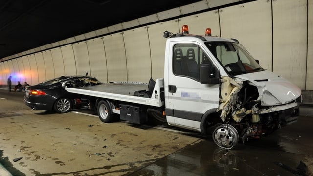 Unfallfahrzeuge im Tunnel