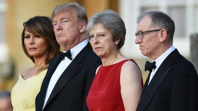 Die Ehepaare Trump und May in einer Reihe stehend.