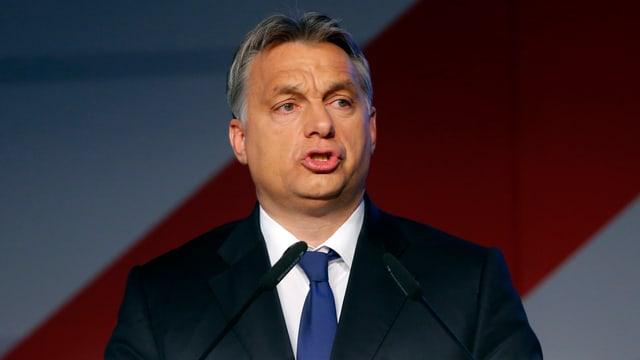 Orban mit Krawattte in Grossaufnahme bei einer Ansprache.