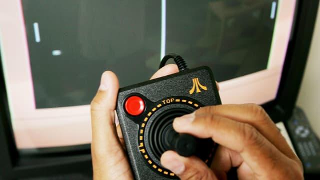 Männerhände mit Joystick