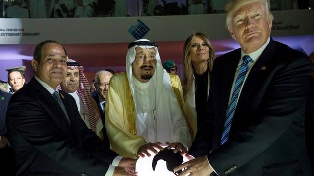 Ägyptens Präsident Al-Sisi, König Salman und Trump berühren eine leuchtende Weltkugel.