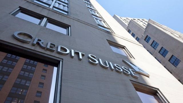 Hohes CS-Gebäude mit Credit-Suisse-Schriftzug in den USA.