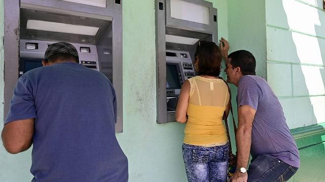 Kubaner am Geldautomaten