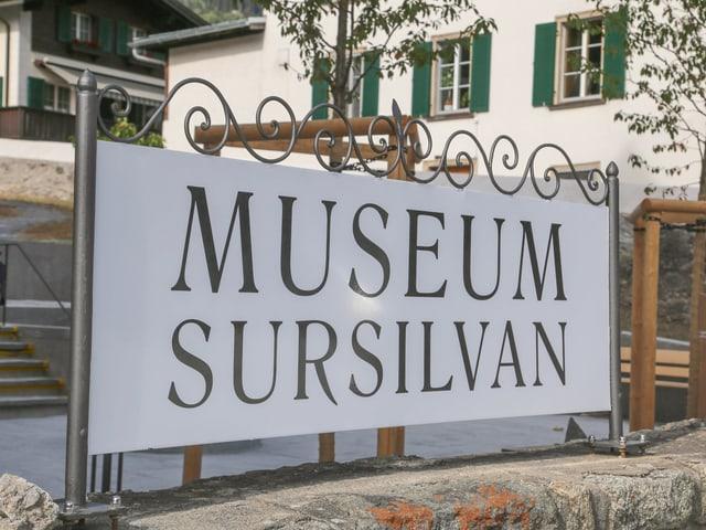 La tabla Museum Sursilvan avant l'entrada dal curtin.