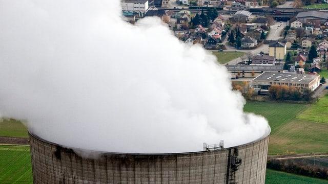 Der Kühlturm des AKW Gösgen mit der Dampffahne in einer Luftaufnahme.