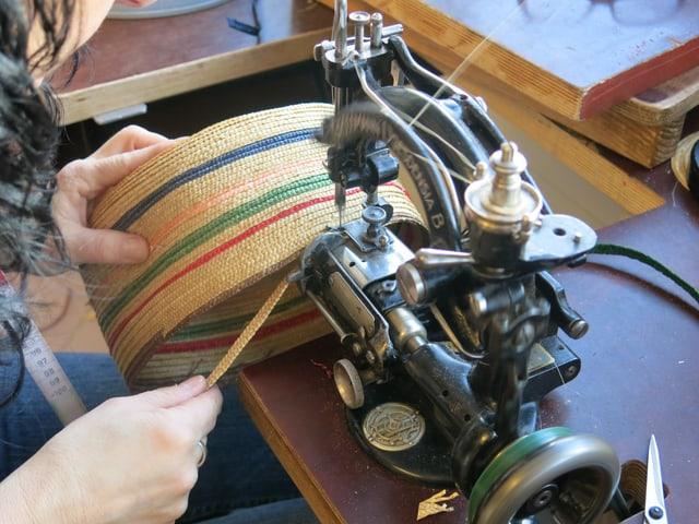 Strohhüte werden an speziellen Nähmaschinen hergestellt.