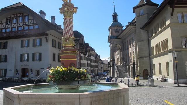 Der Thutplatz mit dem imposanten Brunnen in der Zofinger Altstadt.
