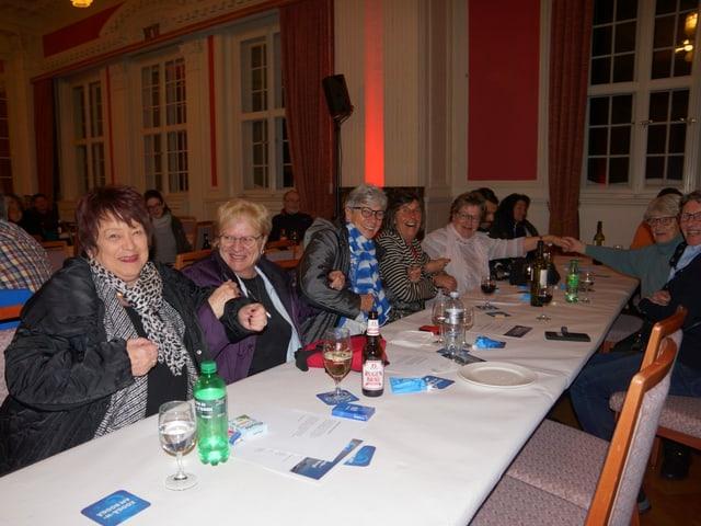 Das Publikum sitzt an einem Tisch.