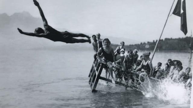 Historisches Bild: Mann hüpft ins Wasser.