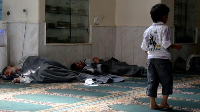 Überlebende der Attacke in einem Raum in der Nähe von Damaskus.