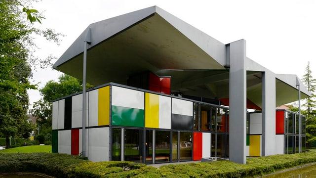 Il pavigliun dal museum Le Corbusier a Turitg è ina chasa cun in tetg grond che cuviera ina part or da differents cubus ch'èn per part da vaider, per part mellens, cotschens ed alvs.