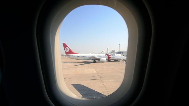 Ein Flugzeug der Turkish Airlines am Flughafen von Antalya, durch ein Flugzeugfenster gesehen.