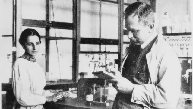 Lise Meitner und Otto Hahn, aufgenommen 1913 im Labor des Kaiser-Wilhelm-Instituts in Berlin.
