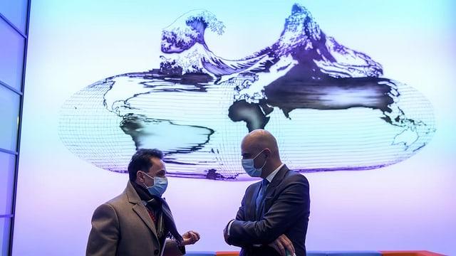 Berset unterhält sich mit Claus Bolte, Leiter Bereich Zulassung Swissmedic.