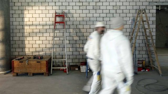 Bauarbeiter an der Arbeit am Innenausbau eines Sportgebäudes. (keystone)