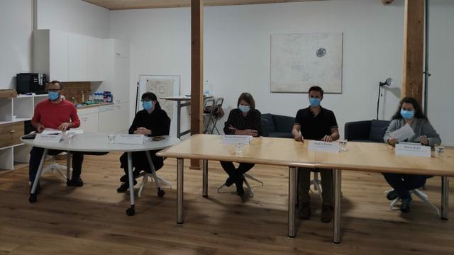 Il comité da referendum: Samuel Gilgen, Andrin Ehrler, Renate Rutishauser, Yvonne Michel Conrad e Doris Brasi.