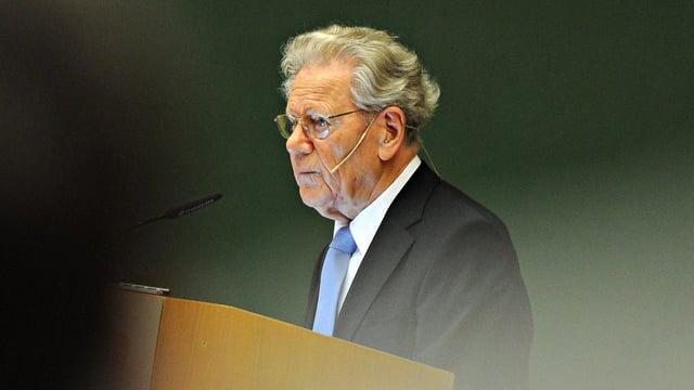 Hans Küng an einem Rednerpult