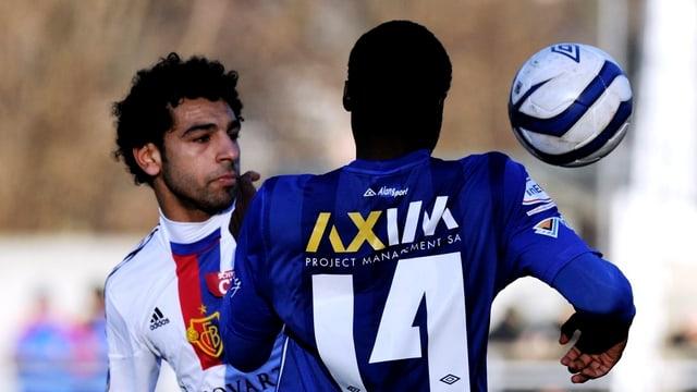 FCB-Spieler Salah und ein Gegenspieler kämpfen um den Ball