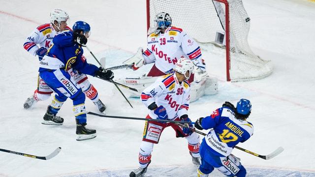 Andres Ambühl sajetta in gol cunter ils Kloten Flyers.