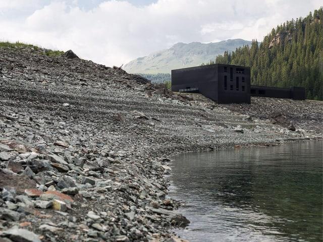Am Ufer des Sees steht ein grosser schwarzer Kubus: die Theaterbühne des Origen-Festivals.