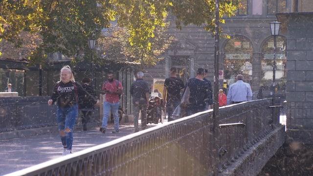 Passanten auf einer Brücke