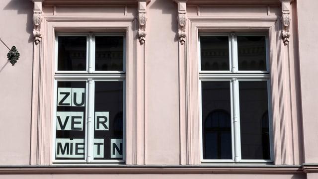 """Finiastras cun """"zu vermieten""""."""