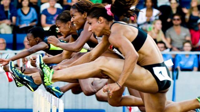 Athletinnen beim Hürdenrennen.