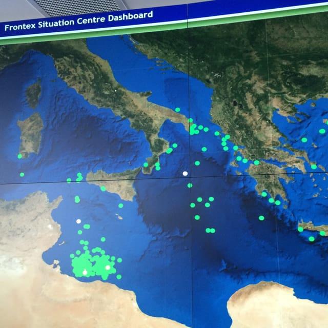 Grüne Punkte auf einer Landkarte symbolisieren die Flüchtenden nach Europa.