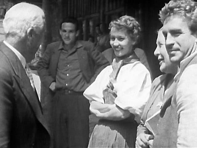 Chaplin auf Besuch bei den Dreharbeiten zu «Ueli der Pächter», mit Liselotte Pulver und Hannes Schmidhauser, gedreht 1955.