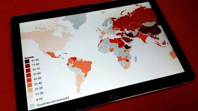 Tablet zeigt Weltkarte. Länder sind in unterschiedlichen Rottönen eingefärbt.