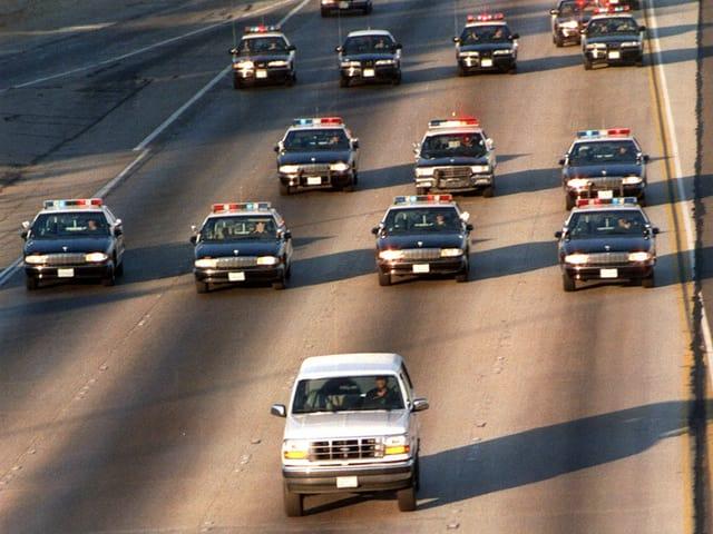 Zig Polizeiautos verfolgten den Wagen, in dem OJ Simpson sass.