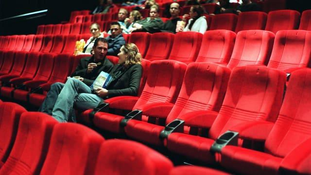Kinosaal, in dem nur wenige Plätze besetzt sind.