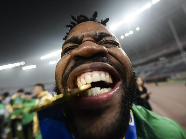 Cedric Bakambu von Beijing Guoan freut sich mit der Siegermedaille.