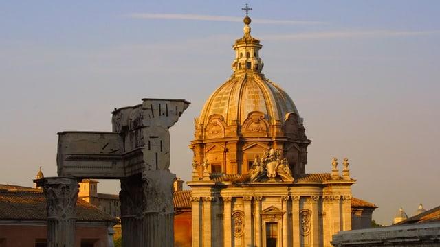 Blick auf die Kuppel des Petersdoms in Rom im weichen Licht des Sonnenuntergangs.
